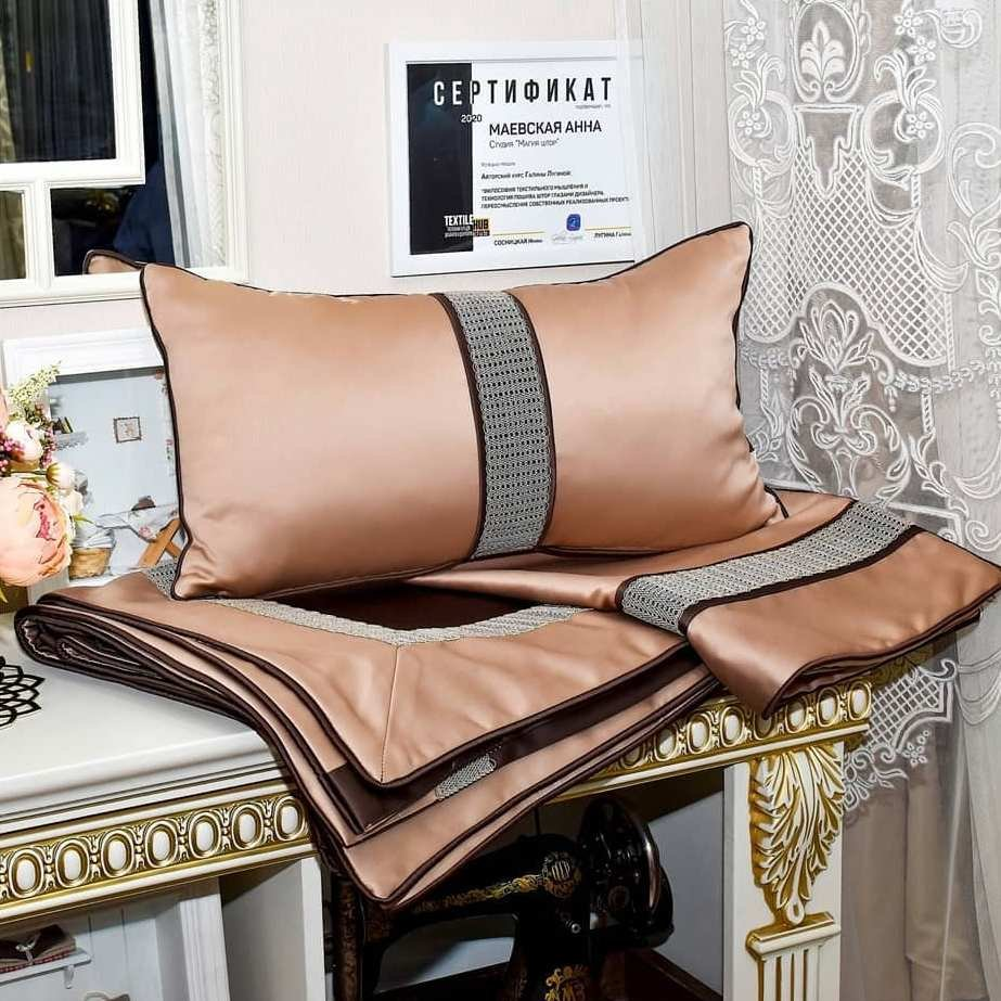 Эксклюзивный комплект добавит шик и изящество вашей спальне. Уникальное покрывало и подушки украсят кровать и станут идеальным акцентом в интерьере.