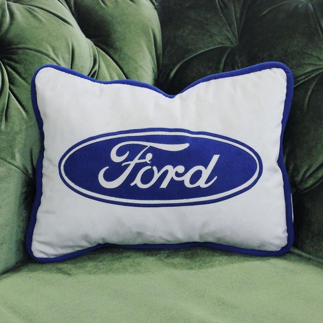 Подушки с логотипом автомобилей для приятного подарка.
