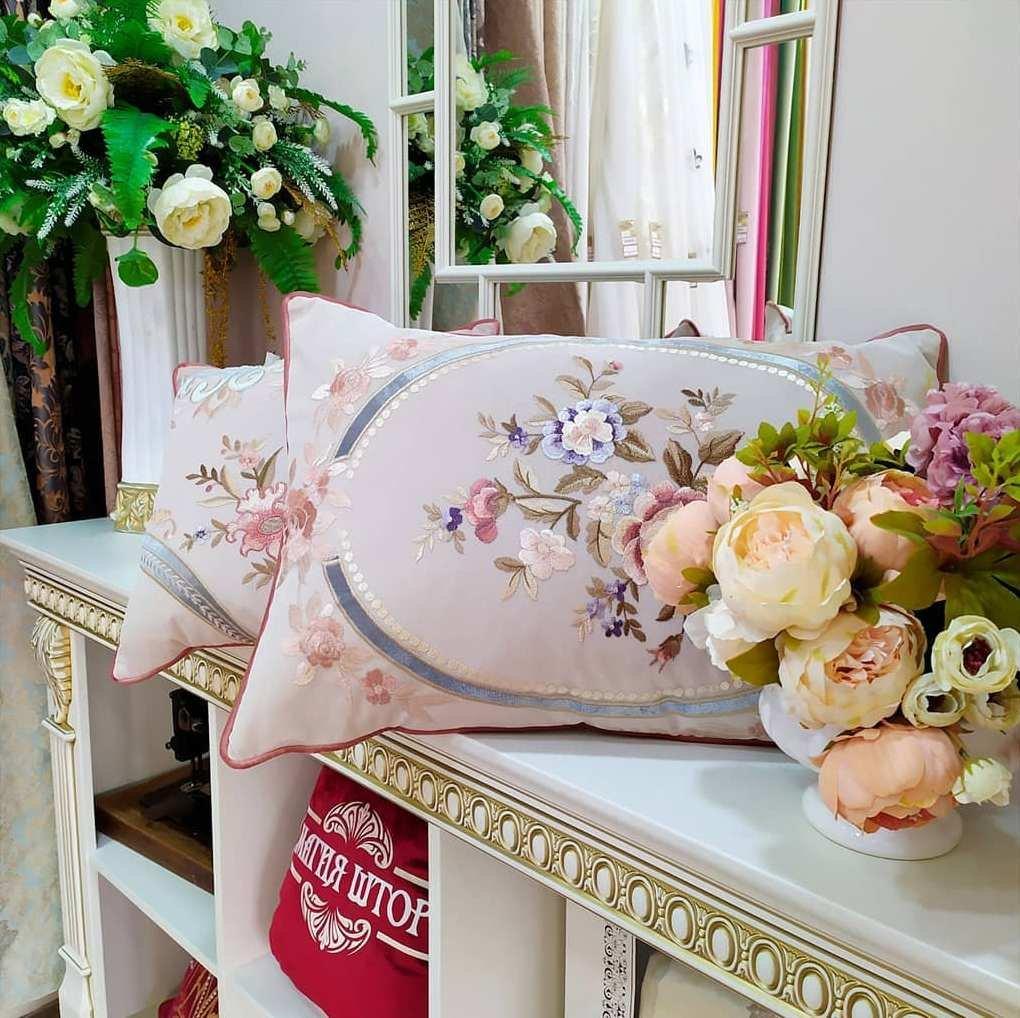 Эксклюзивные декоративные подушки с вышивкой обязательно украсят дом и создадут праздничное настроение.