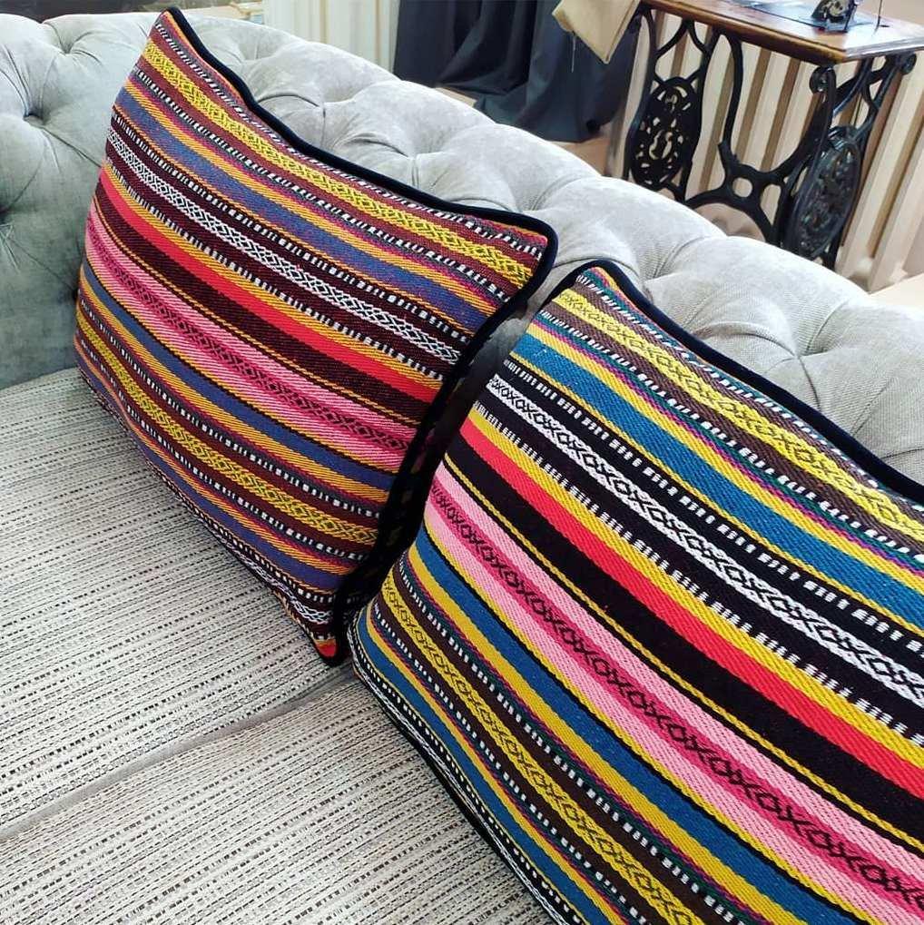 Подушки с национальным принтом в современном стиле.