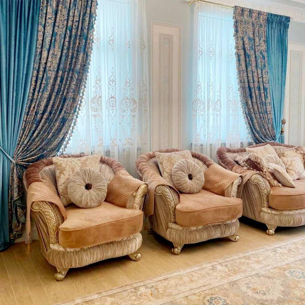 Чтобы защитить свои любимые кресла и диваны от пыли и грязи, используются специальные чехлы для мебели.