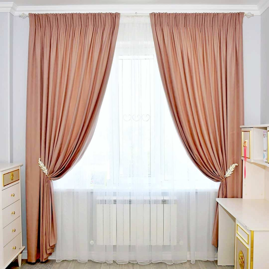 Оформление окна спальни девочки.