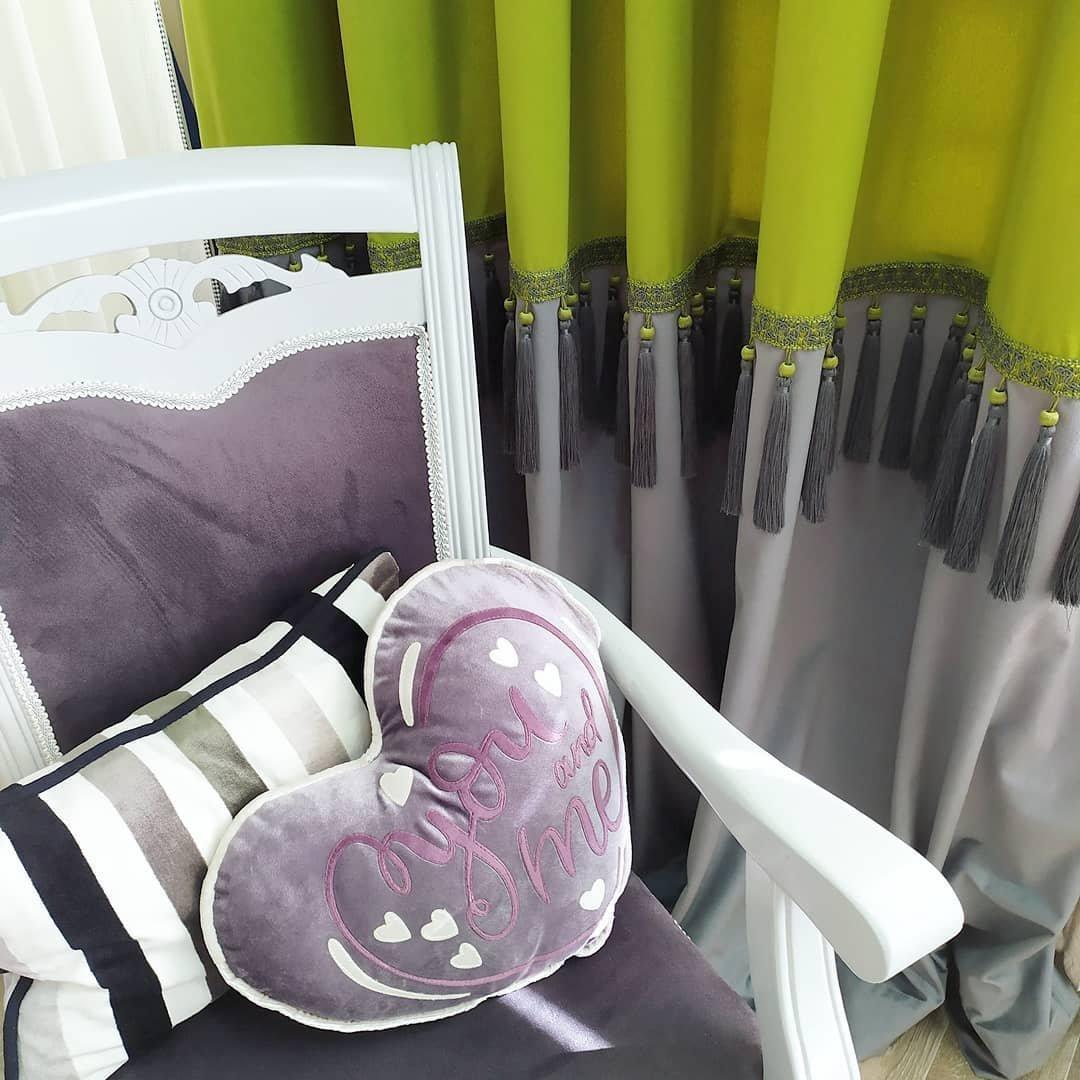 Горизонтальные цветовые блоки помогают расширить узкую комнату. Темная горизонтальная полоса помогает визуально опустить высокий потолок.