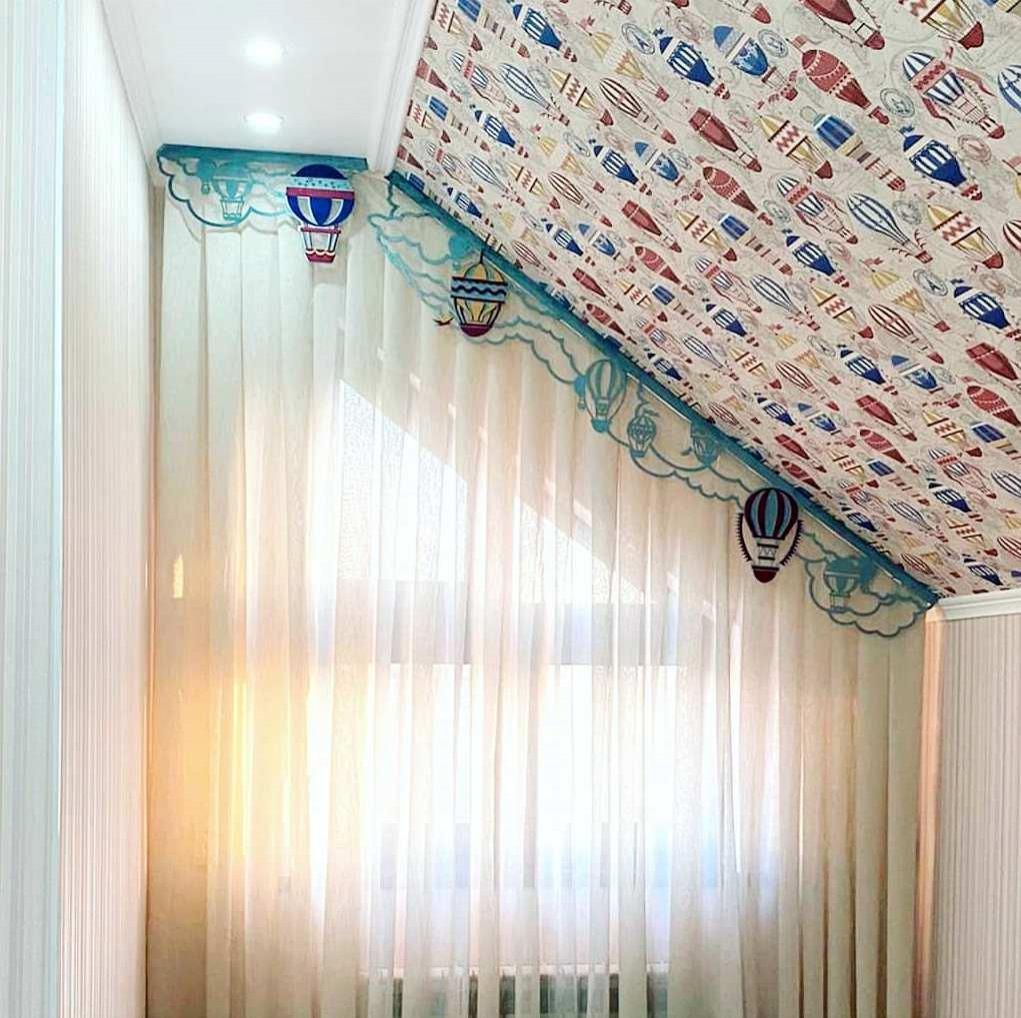 Разработали дизайн и воплотили в жизнь ламбрекен для детской с мансардными окнами.