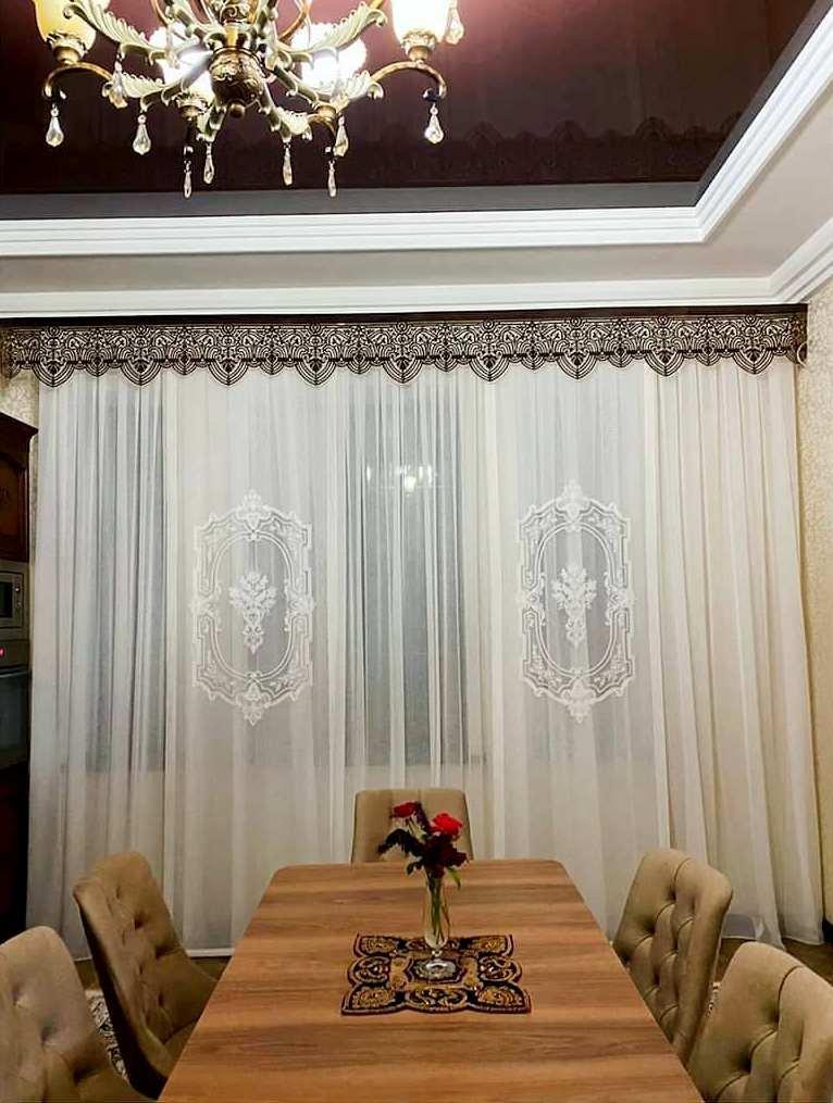 Элегантные шторы с ажурным ламбрекеном