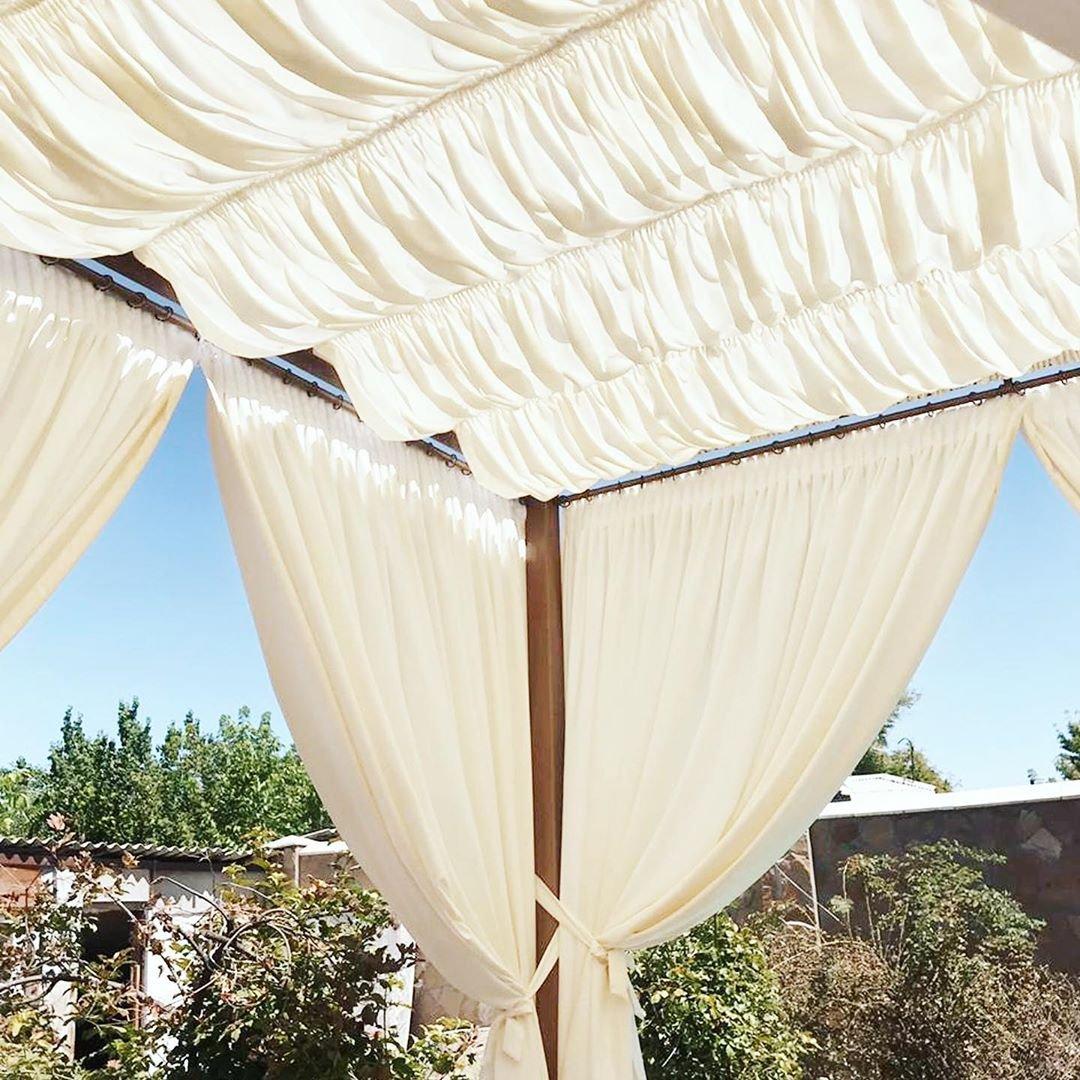 Летники, веранды, беседки можно красиво оформить текстилем.