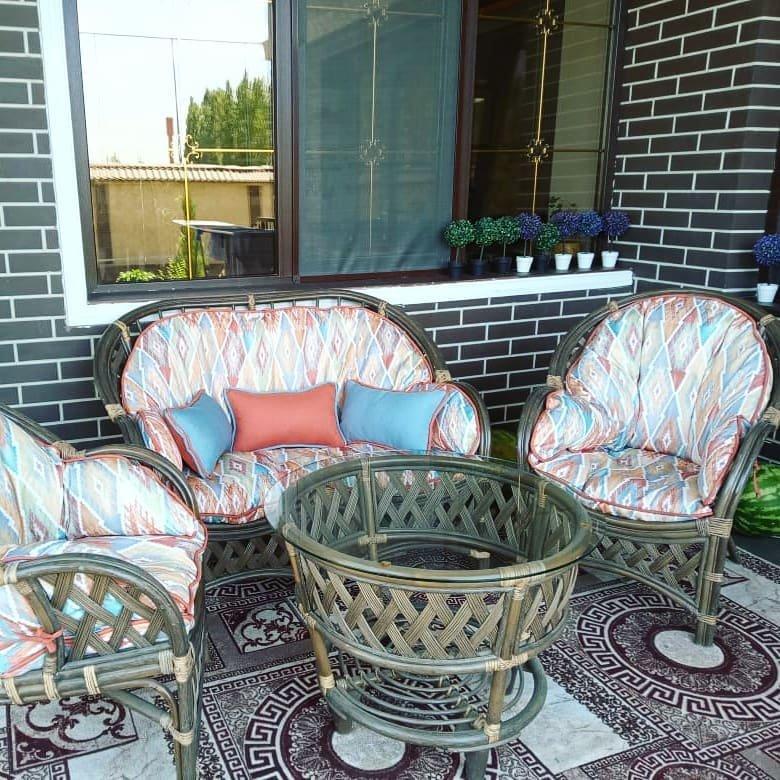 Чехлы на мебель преобразят веранду и превратят в идеальное место для отдыха в летнюю пору.