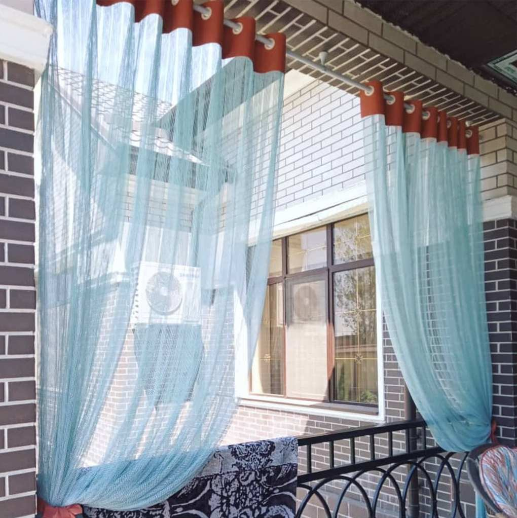 Лёгкий сетчатый тюль преобразит веранду и превратит в идеальное место для отдыха в летнюю пору.