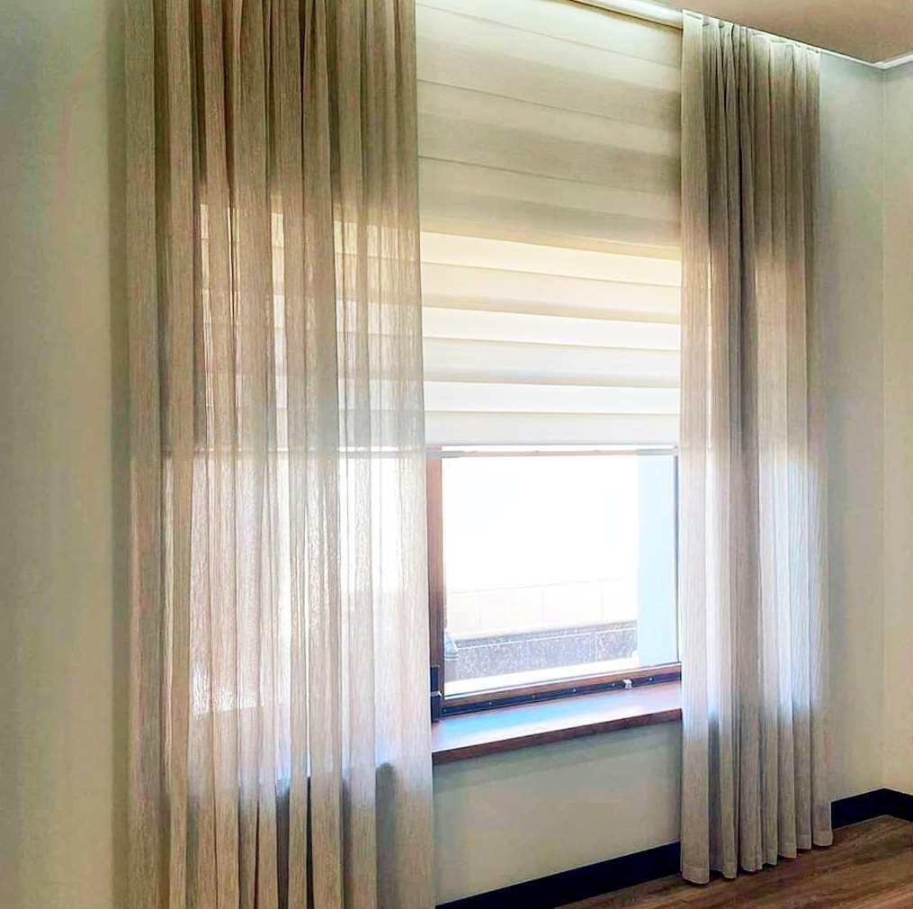 Ролл шторы «День-ночь» могут изящно и эффективно решить проблему с защитой от солнца. Они ОЧЕНЬ УДОБНЫ, практичны и просты в эксплуатации.