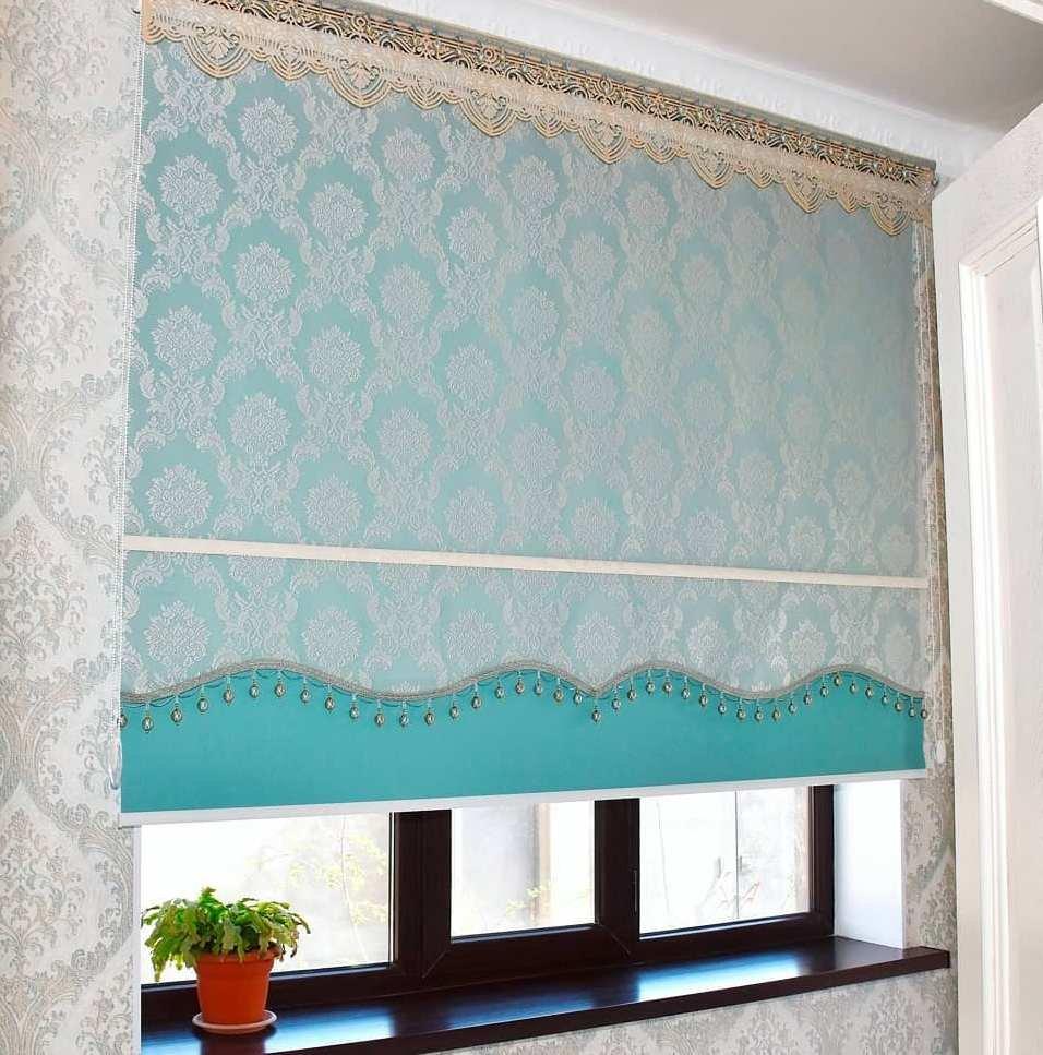 Двойные рулонные шторы дуэт - прекрасный вариант оформления кухонного окна.