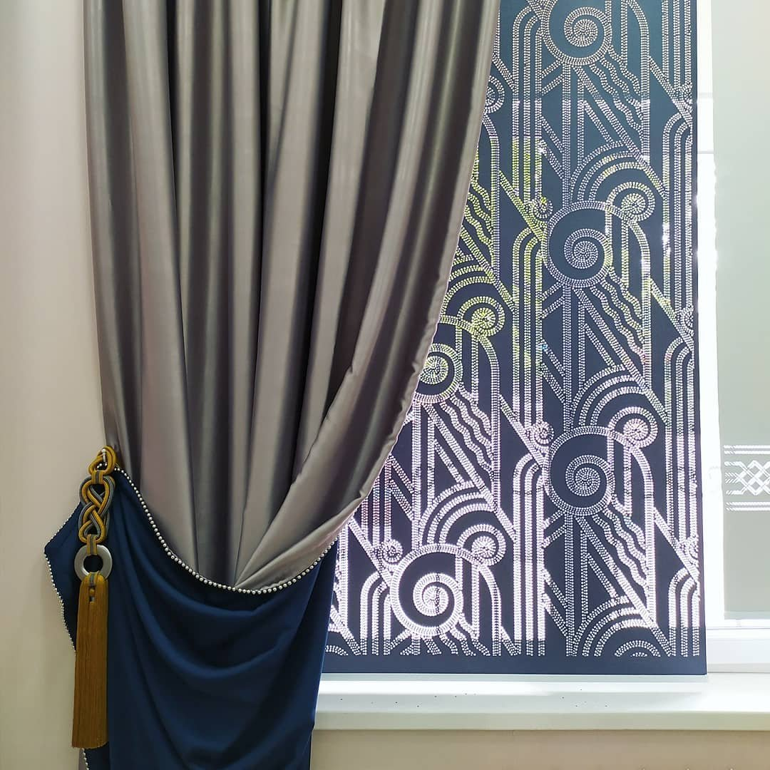 Независимо от стиля, в котором оформлен интерьер, будь то классика или новомодный хай-тек, декорированные перфорацией рулонные шторы в нем будет смотреться гармонично и уместно.