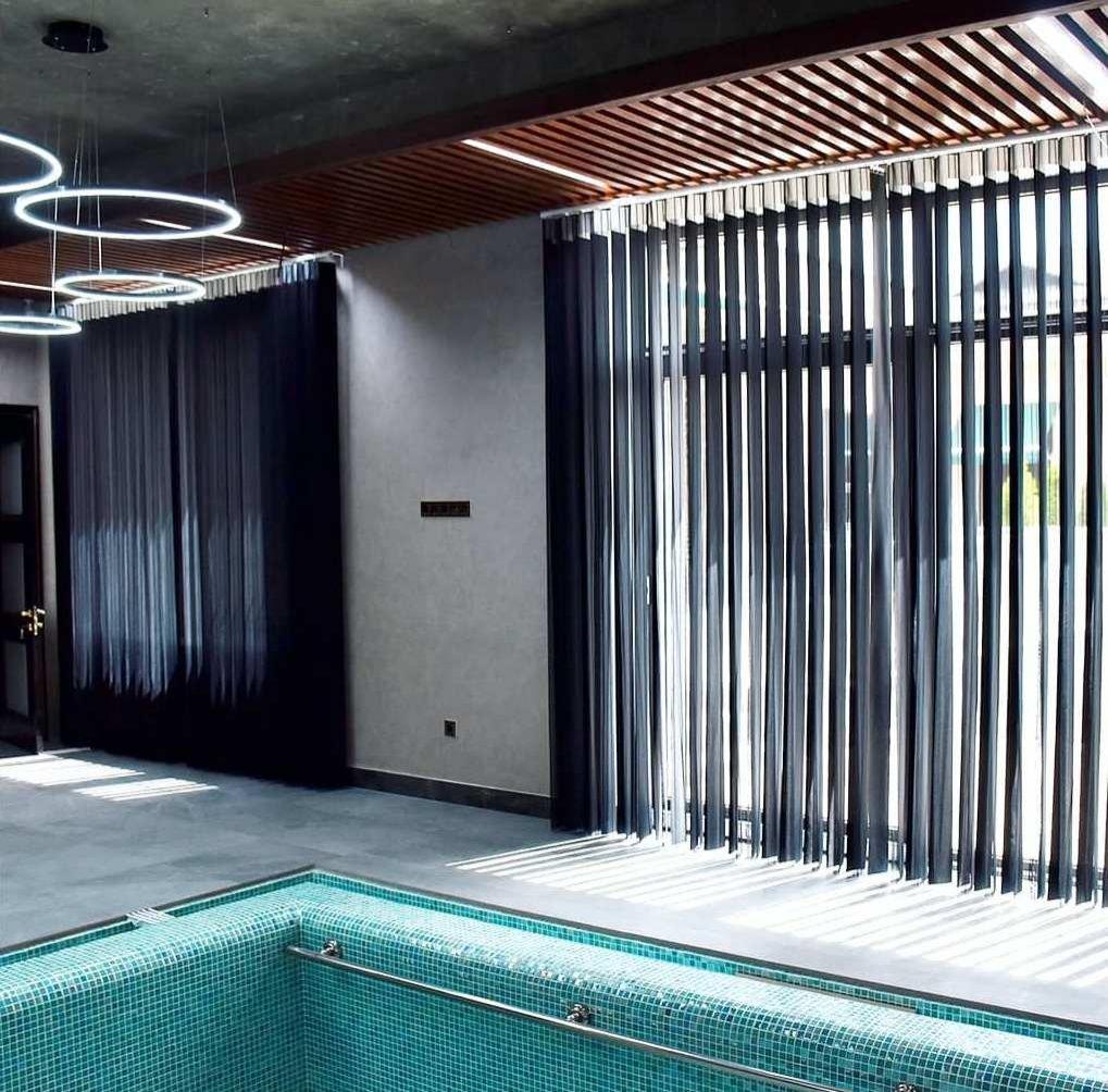 Тюлевые вертикальные жалюзи - красивая, удобная, стильная и эффектная система затемнения.