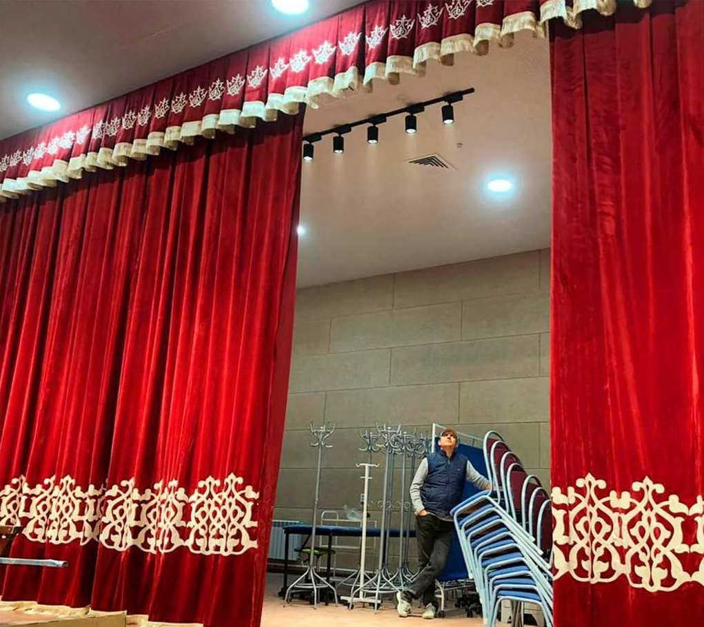 В салоне @magiyashtor.kz можем предложить вам монтаж антрактно-раздвижной системы, установку карнизов, пошив и повес штор.