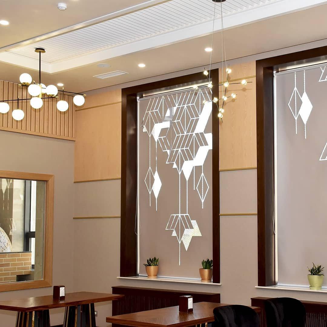 Перфорация на ролл шторах поможет создать волшебную и вдохновляющую атмосферу в любом интерьере.
