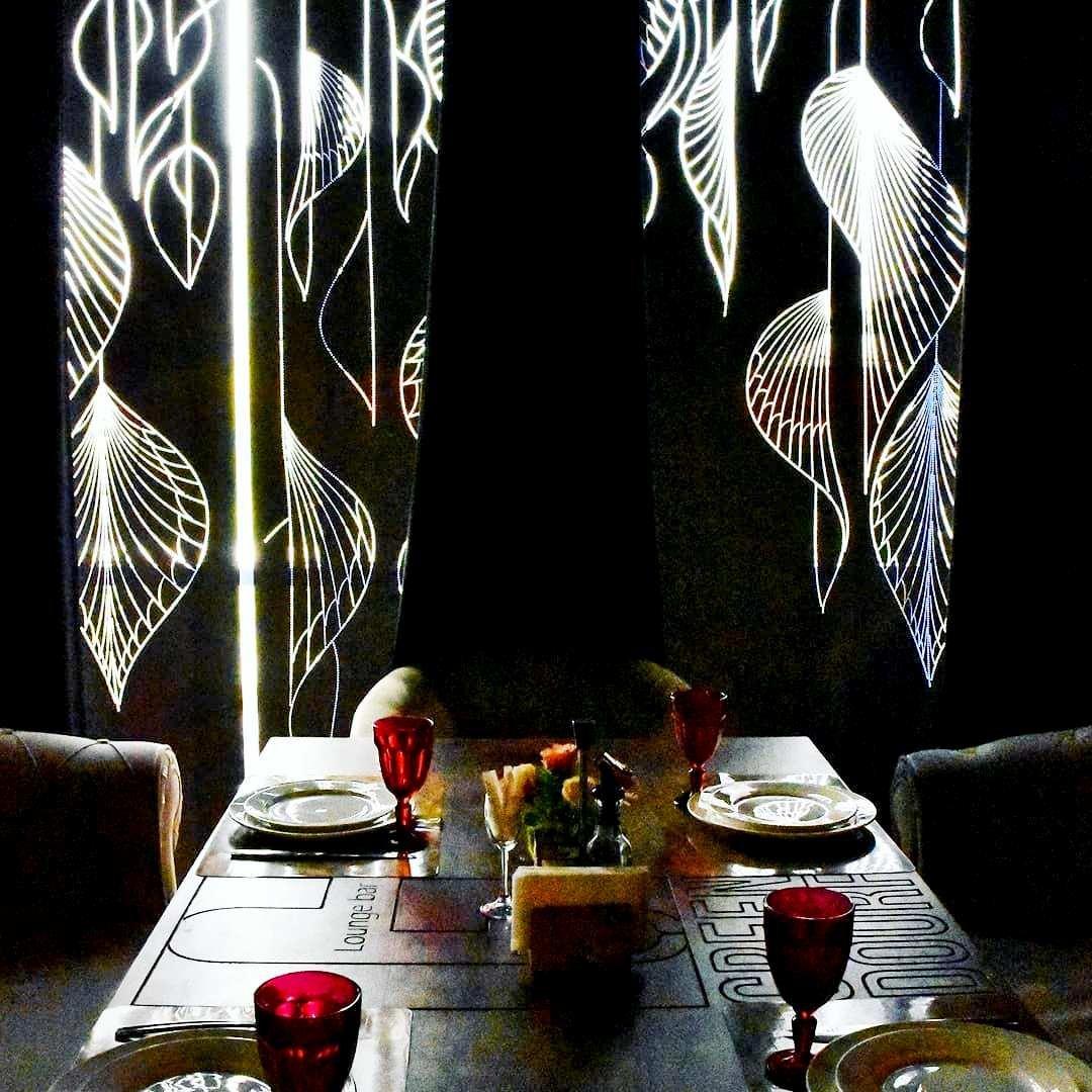 Ресторан Терискей. Перфорация на рулонных шторах - это не только стильный вариант украшения вашего пространства, но и стильный акцент, который напишет новый световой сценарий в интерьере.