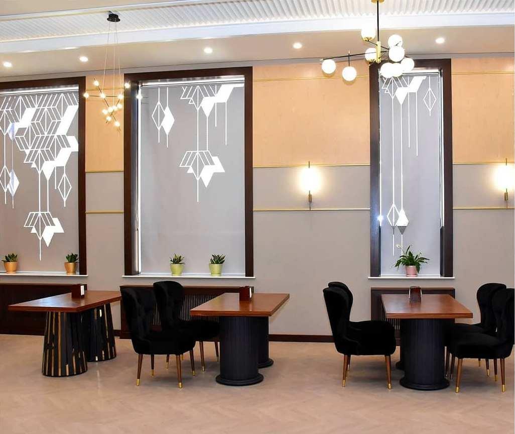 Стильное и современное оформление окон в ресторанном комплексе.