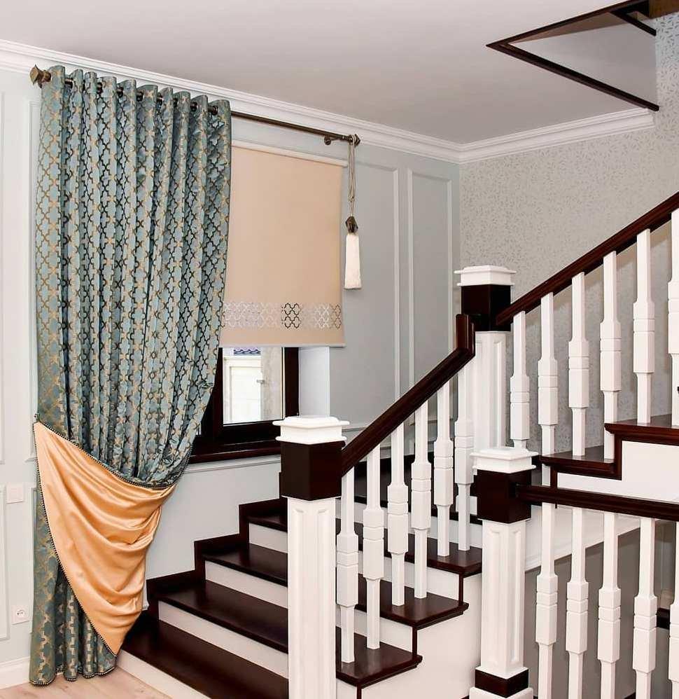 Гармонично оформленное окно на лестнице. Орнамент с портьеры повторяется в перфорации на рулонной шторе.