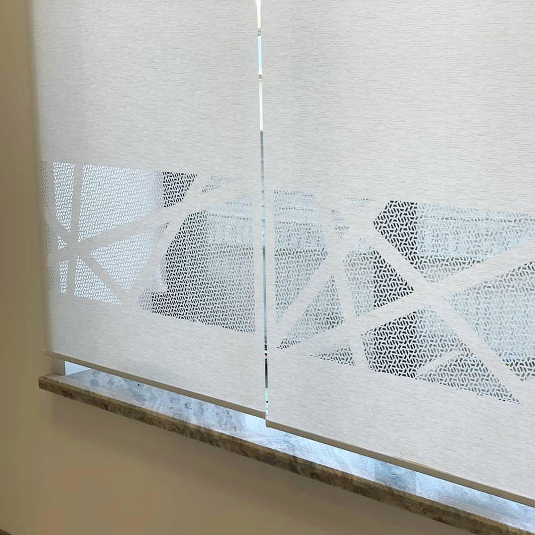 Грамотно подобранный дизайн для перфорации на ролл шторах не перегружает пространство, а только добавляет интерьеру индивидуальности, легкости и комфорта