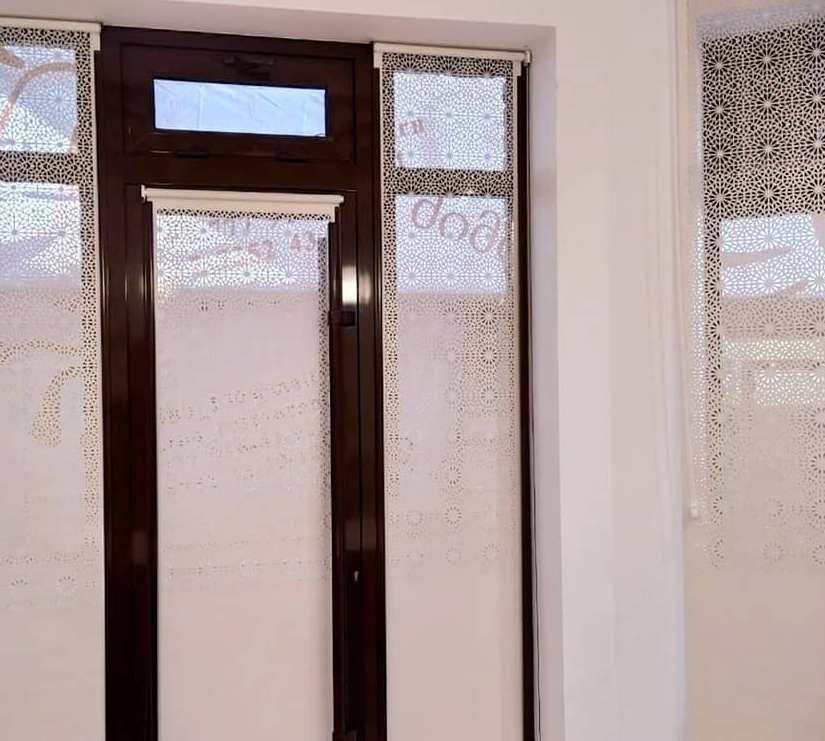 Перфорация способна превратить простые рулонные шторы в дополнительный, ненавязчивый источник освещения и при этом скрыть пространство внутри. Ещё это очень красиво и подчеркивает достоинства интерьера.