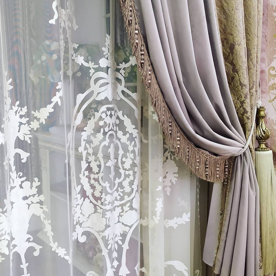 Интерьер становится настоящим произведением искусства когда в декор окна дополнен басонными изделиями.