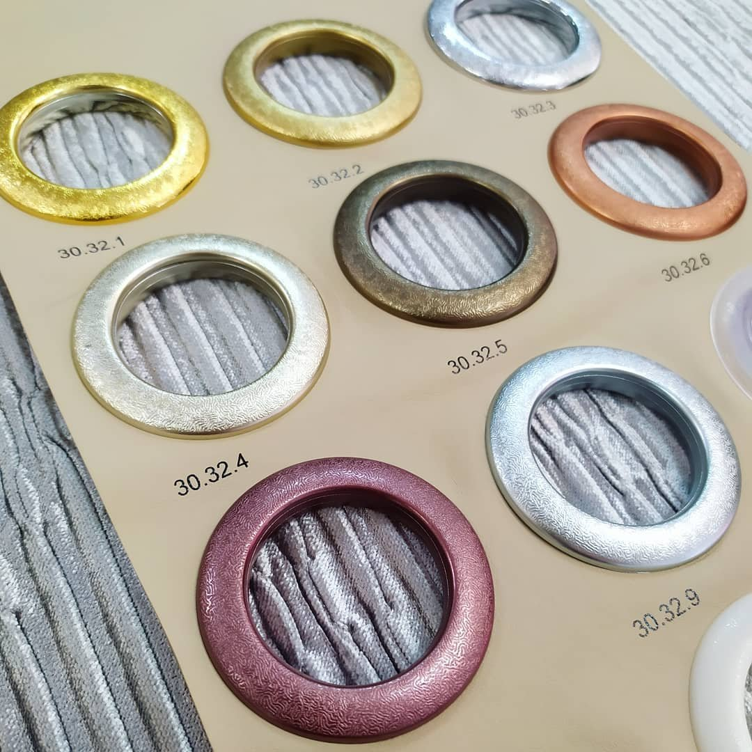 В нашем салоне мы рады предложить вам огромный выбор фурнитуры и аксессуаров для штор